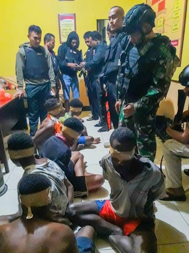 Von indonesischen Sicherheitskräften gefangene Papuas